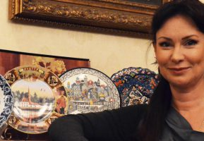Очаровательная Нонна Гришаева покорила сердца сотрудников Гармошки